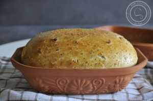 Chleb pszenny z ziarnami w garnku rzymskim
