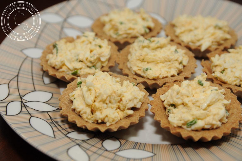 Kruche babeczki z pastą jajeczną