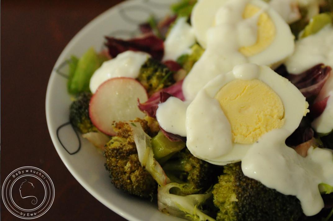 Sałatka z rzodkiewką brokułami i jajkiem