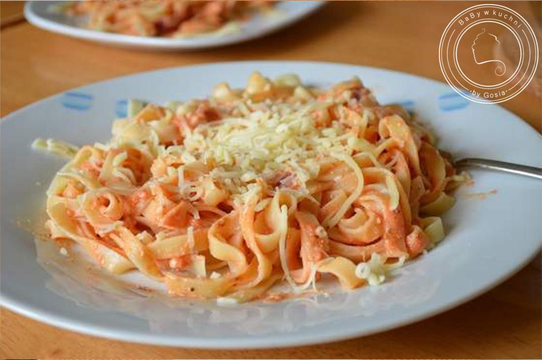 Tagliatelle z sosem pomidorowym i ricottą