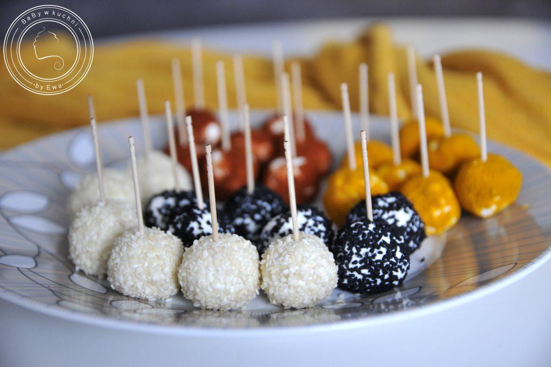 Serowe koreczki - kulki serowe w posypce jako przekąska na imprezę