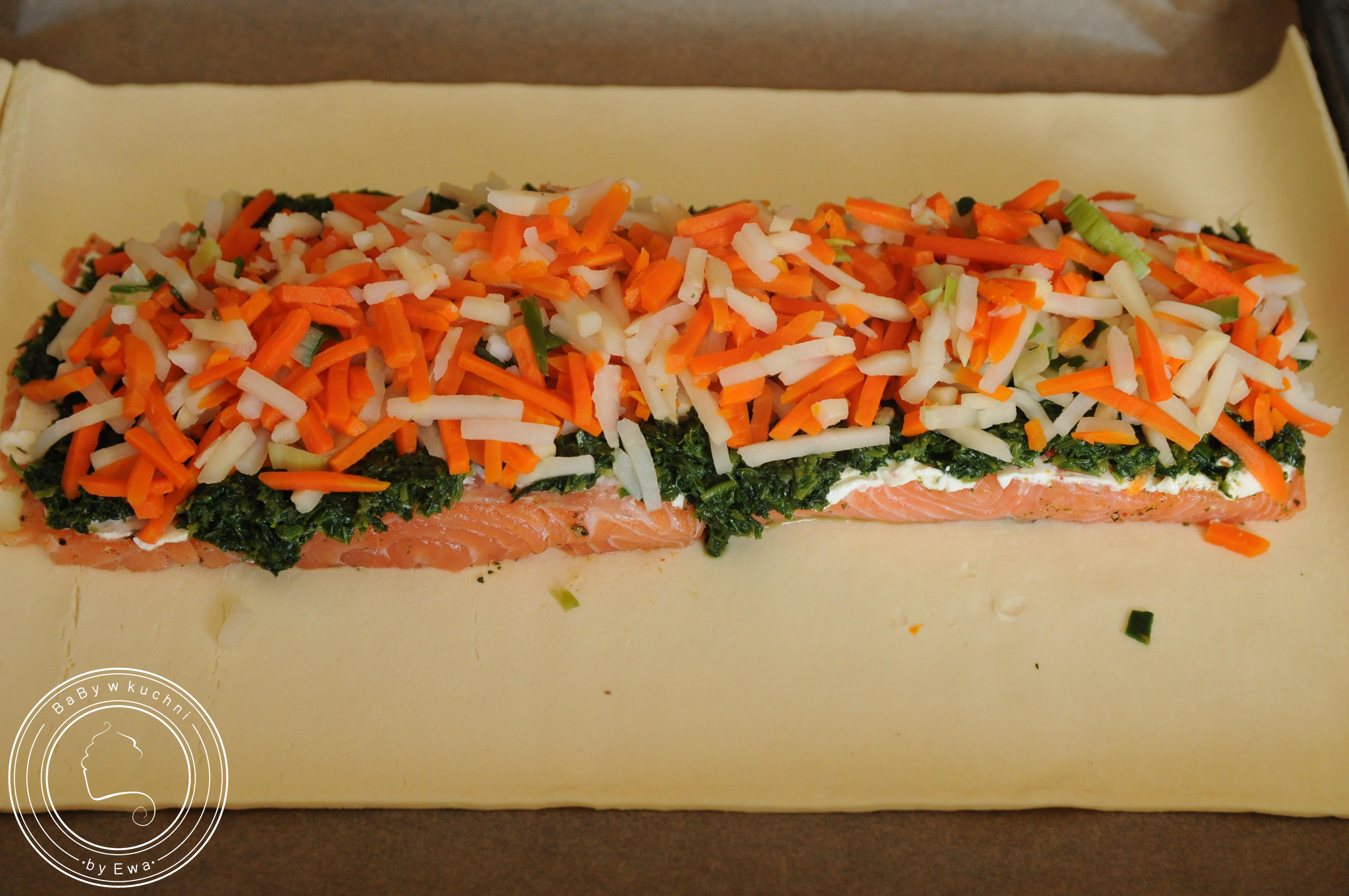Łosoś z warzywami w cieście francuskim