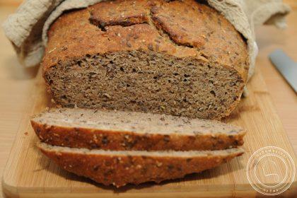 Chleb pszenno-żytni z siemieniem lnianym i czerstwym chlebem, czyli co zrobić ze starym pieczywem